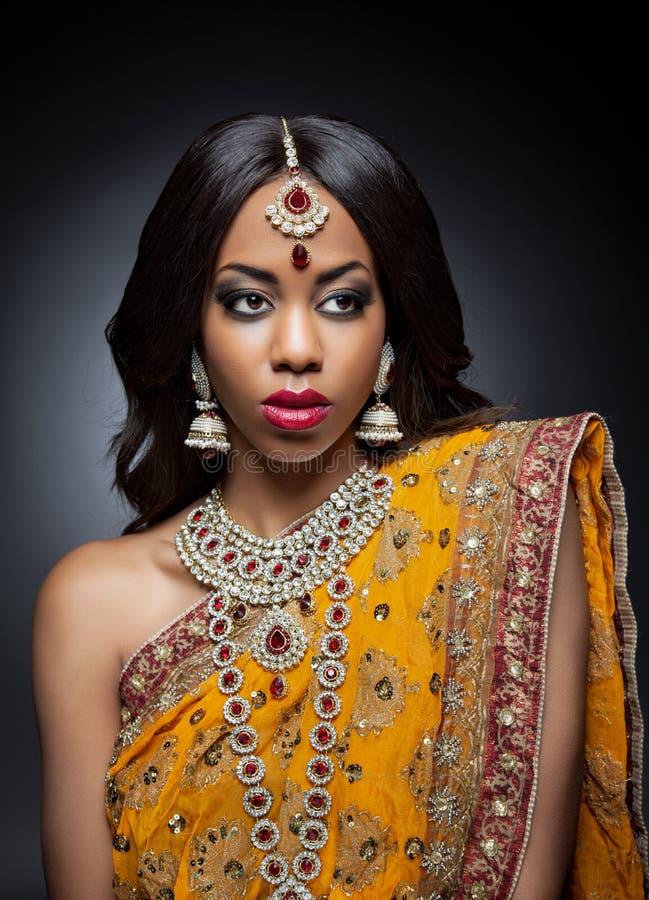 Mujer india joven en ropa tradicional con maquillaje nupcial y joyería imagen de archivo libre de regalías