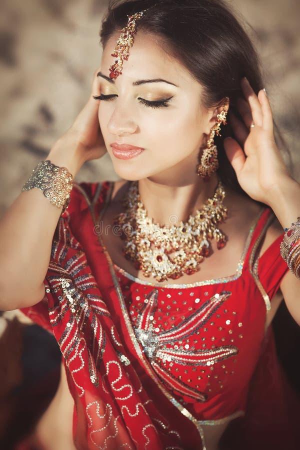 Bellydancer indio hermoso de la mujer. Novia árabe fotografía de archivo