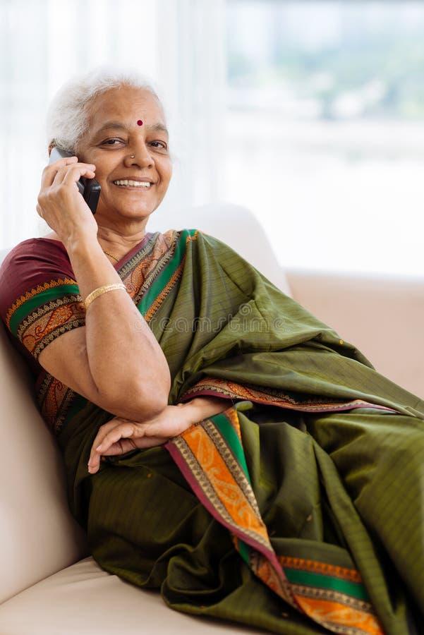 Mujer india mayor moderna fotografía de archivo libre de regalías