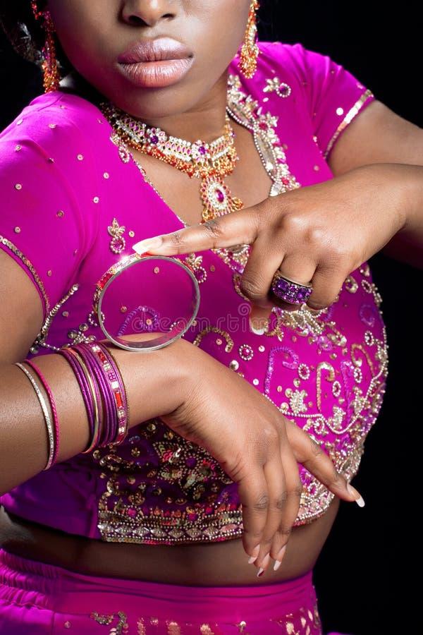 Mujer india que desgasta la ropa y la joyería nacionales foto de archivo libre de regalías
