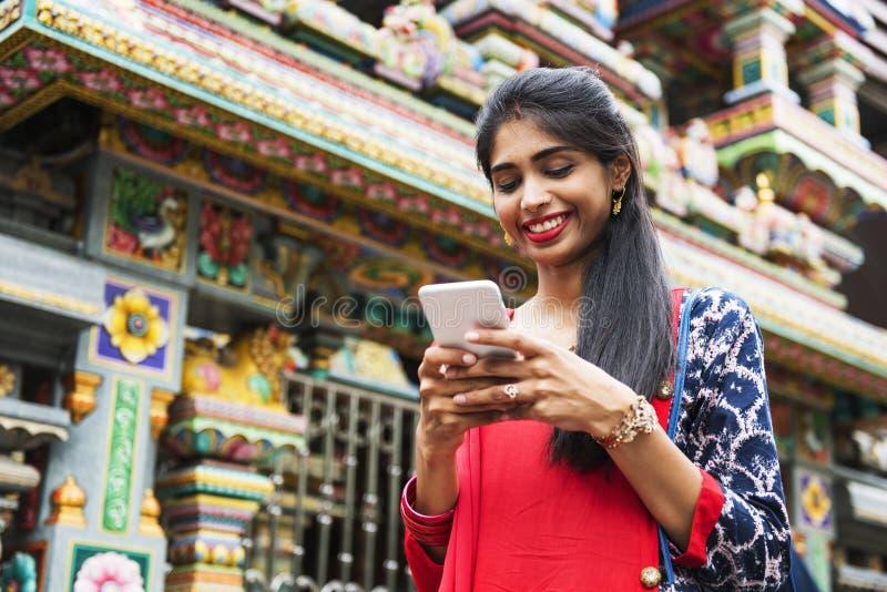 Mujer india que usa el teléfono móvil foto de archivo libre de regalías