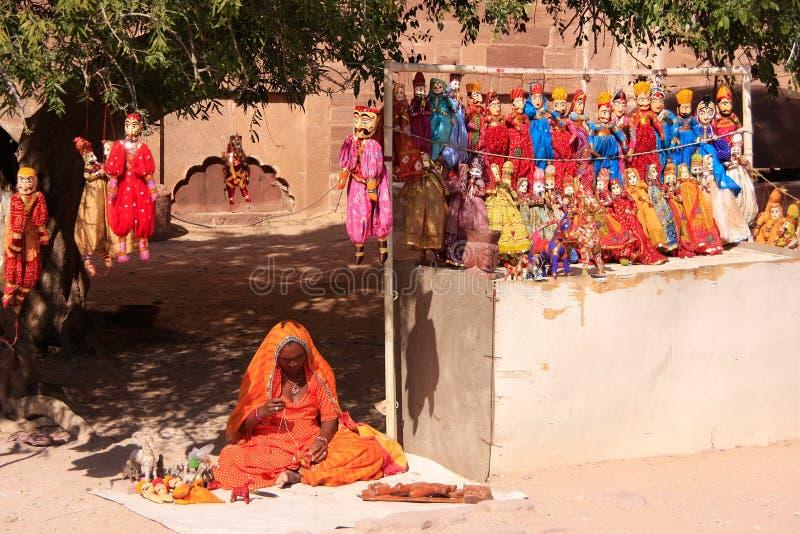 Mujer india que vende las marionetas, fuerte de Mehrangarh, Jodhpur, la India imagenes de archivo
