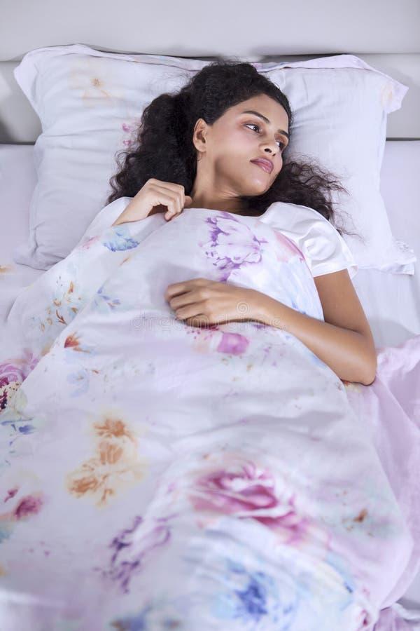 Mujer india triste que sufre de insomnio imagen de archivo libre de regalías