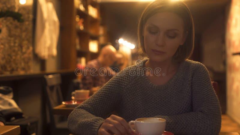 Mujer indiferente confundida en sus pensamientos, problemas en la vida, melancol?a imagen de archivo
