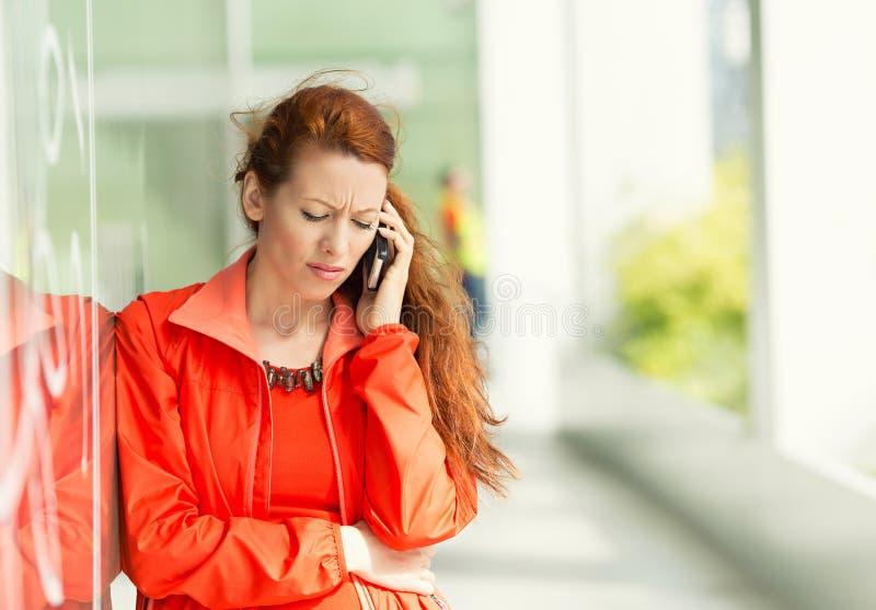 Mujer infeliz en un teléfono imágenes de archivo libres de regalías