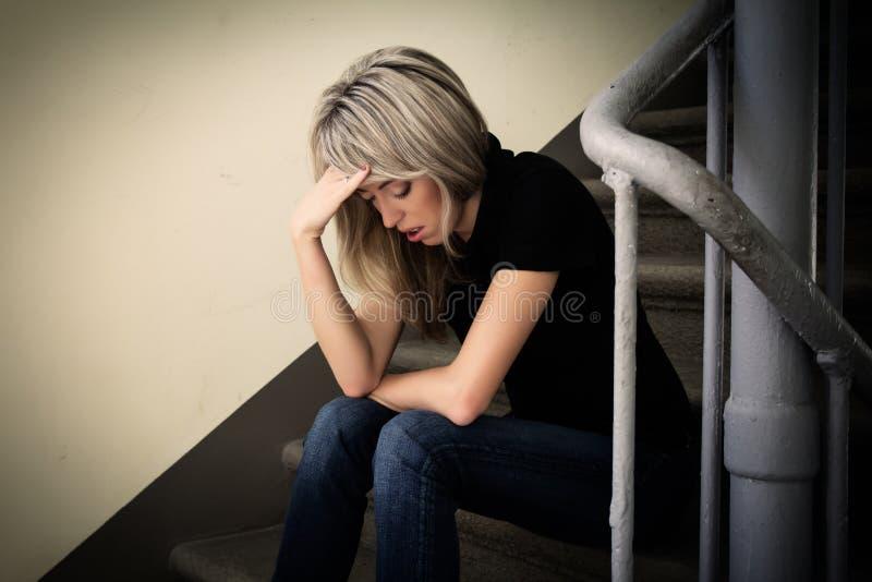 Mujer infeliz joven en la depresión fotos de archivo libres de regalías
