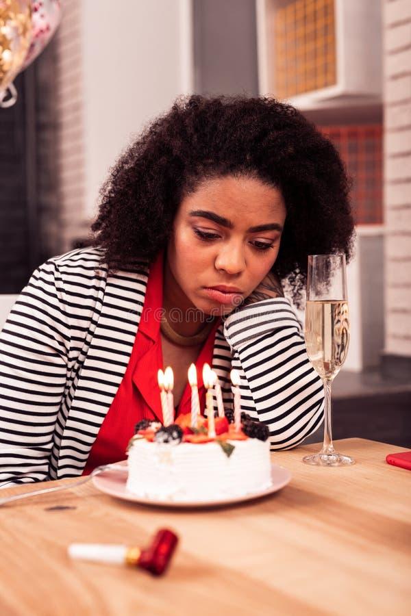 Mujer infeliz triste que tiene una celebración triste del cumpleaños imagen de archivo