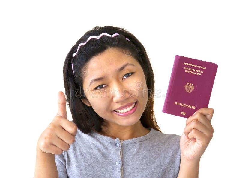 Mujer inmigrante que sostiene el pasaporte alemán foto de archivo libre de regalías
