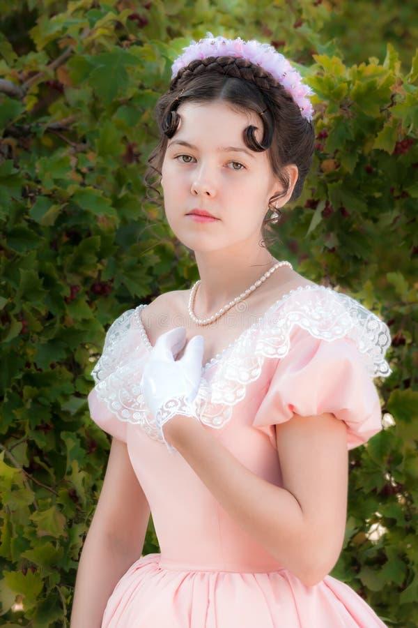 Mujer inocente romántica en un vestido de noche en el jardín fotografía de archivo