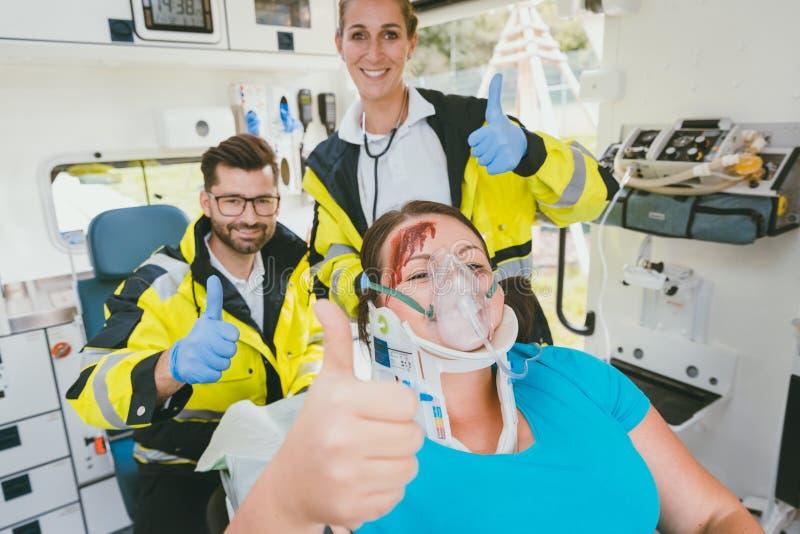 Mujer insensibilizada que siente mejor después de recepción de los primeros auxilios imagen de archivo libre de regalías