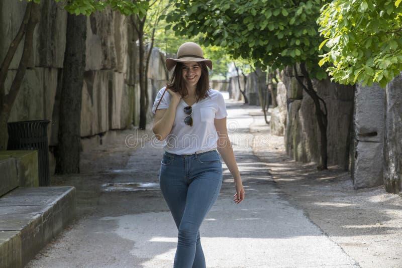 Mujer inspirada que camina a lo largo de una trayectoria imagen de archivo