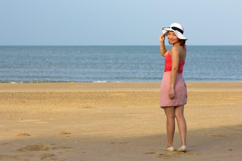 Mujer integral con el frente de la playa foto de archivo libre de regalías