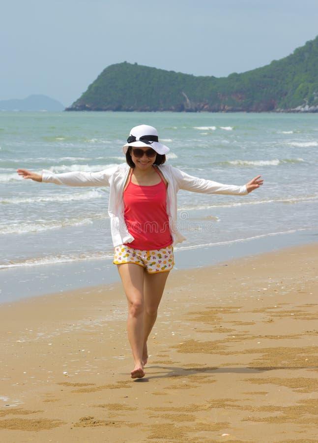 Mujer integral con la relajación en la playa fotos de archivo libres de regalías