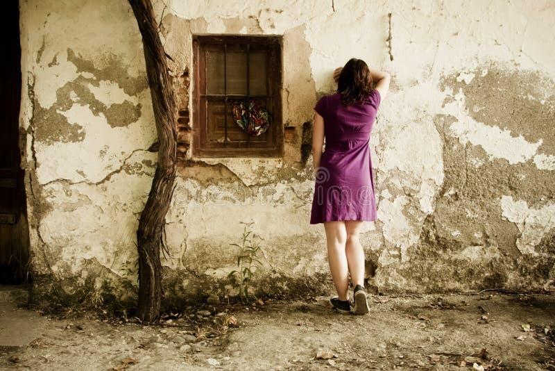 Mujer irreconocible triste fotos de archivo libres de regalías