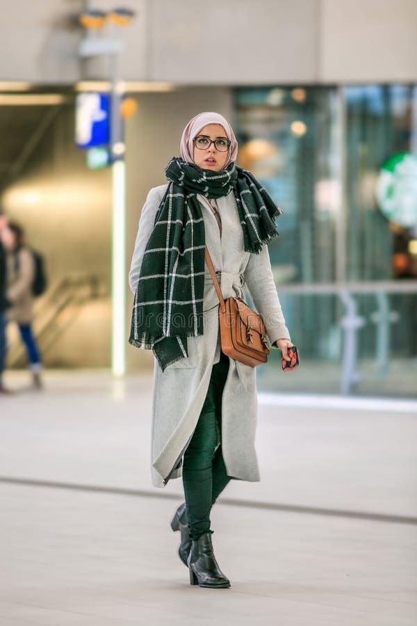 Mujer islámica joven con el pañuelo, Utrecht, Países Bajos fotos de archivo