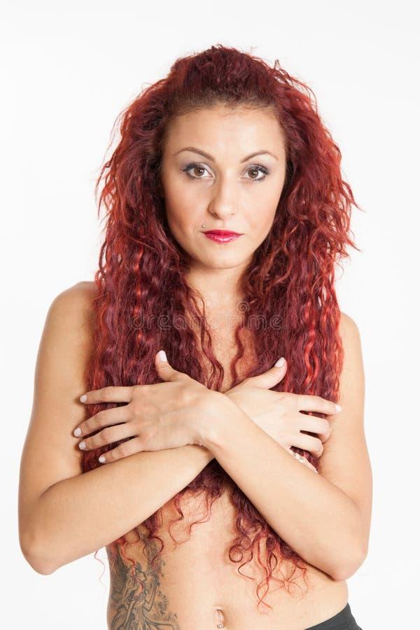 Mujer italiana con el pelo rojo que cubre sus pechos con sus manos fotos de archivo