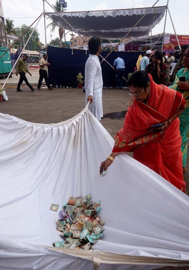 Mujer Jain india donar el dinero como colección para religioso, social y las actividades fotos de archivo