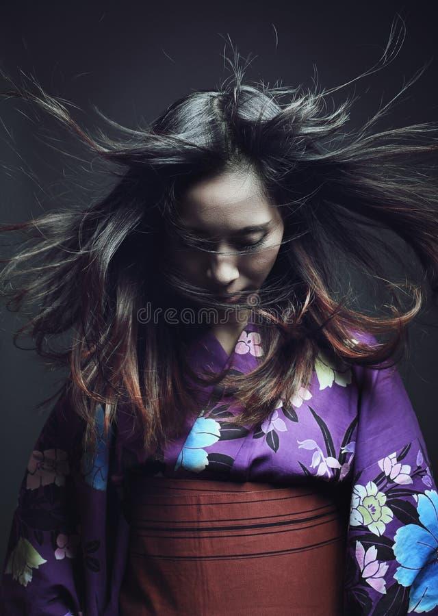 Mujer japonesa con el kimono tradicional imágenes de archivo libres de regalías