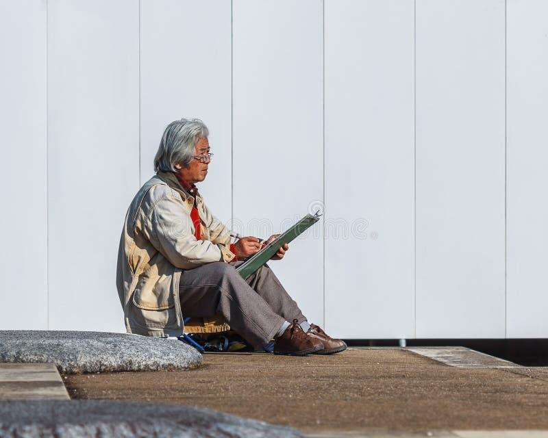 Mujer japonesa mayor no identificada en el templo de Kofukuji en Nara fotografía de archivo libre de regalías