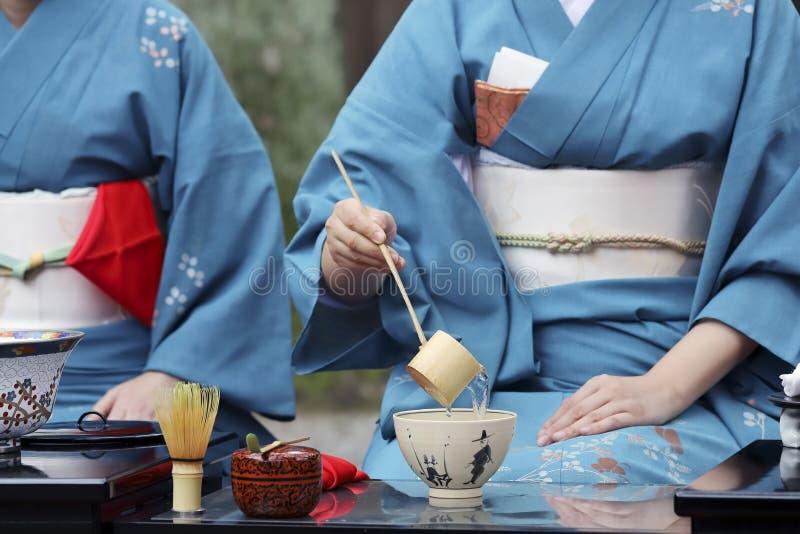 Mujer japonesa que prepara ceremonia de té verde imagen de archivo