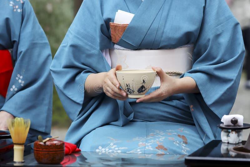 Mujer japonesa que prepara ceremonia de té verde imagenes de archivo