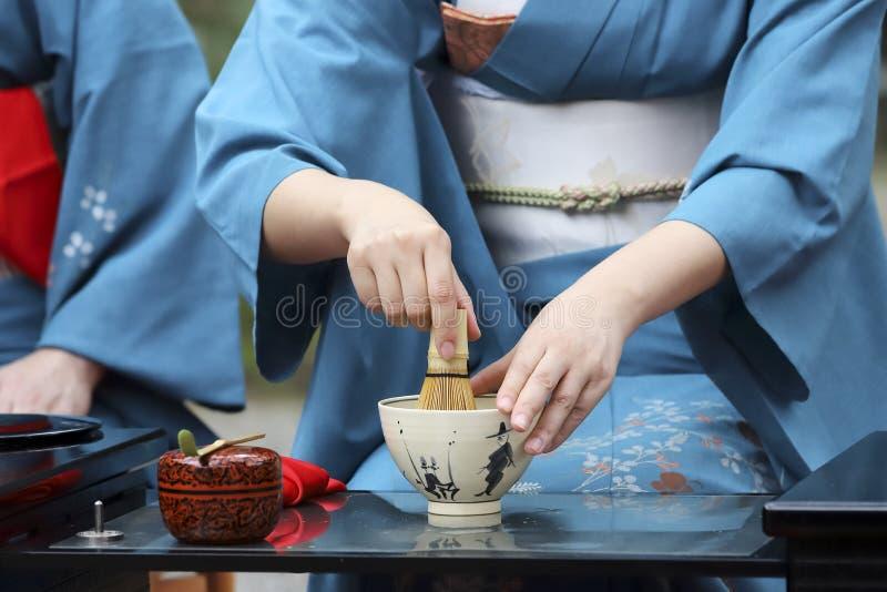 Mujer japonesa que prepara ceremonia de té verde fotografía de archivo libre de regalías