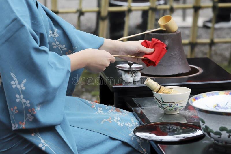 Mujer japonesa que prepara ceremonia de té verde foto de archivo
