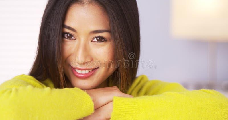 Mujer japonesa que sonríe y que mira la cámara foto de archivo libre de regalías