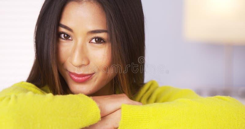 Mujer japonesa que sonríe y que mira la cámara imagenes de archivo
