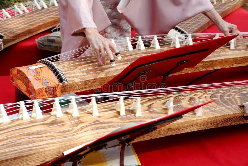 Mujer japonesa que toca el instrumento tradicional fotos de archivo libres de regalías