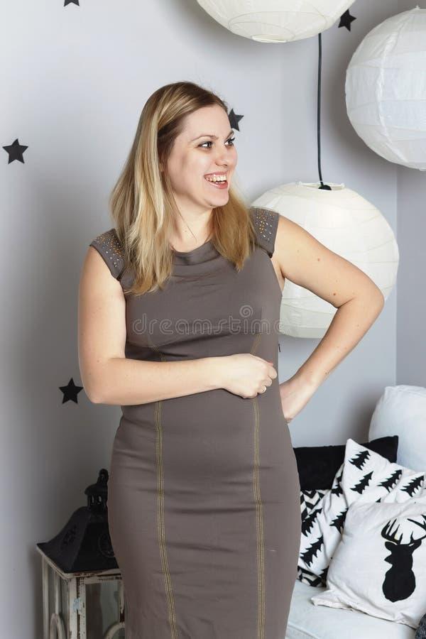 Mujer joven, Año Nuevo, feliz, sonriendo, interior del ` s del Año Nuevo, en h foto de archivo libre de regalías