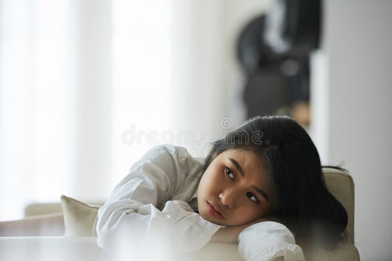 Mujer joven aburrida imagen de archivo