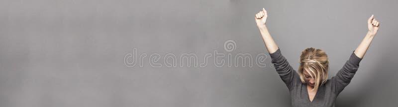 Mujer joven acertada que gana con ambos brazos para arriba, espacio de la copia imagen de archivo libre de regalías