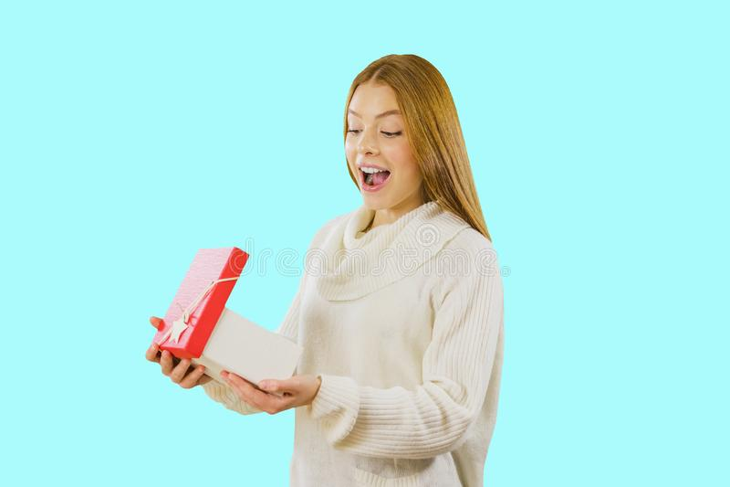 Mujer joven adorable en las zapatillas de deporte blancas que presentan con la actual caja Retrato del estudio de la muchacha fas fotos de archivo libres de regalías