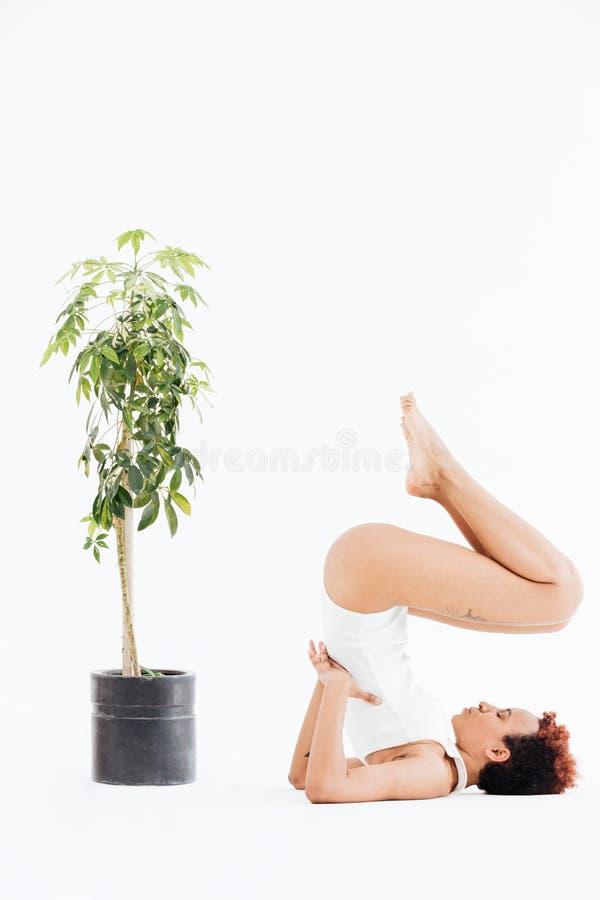 Mujer joven afroamericana atractiva que hace actitud de equilibrio de la yoga foto de archivo libre de regalías