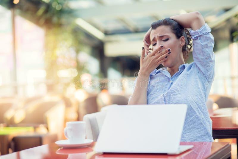 Mujer joven agotadora, jaqueca del dolor de cabeza, dolor de sensaci?n principal del tacto de la mano fotos de archivo libres de regalías