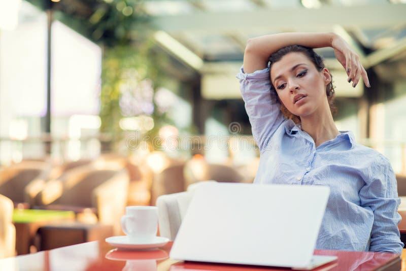 Mujer joven agotadora, jaqueca del dolor de cabeza, dolor de sensaci?n principal del tacto de la mano imagen de archivo libre de regalías