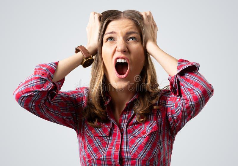 Mujer joven agotadora que grita con p?nico fotos de archivo libres de regalías