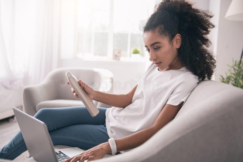 Mujer joven agradable que lee los comentarios foto de archivo libre de regalías