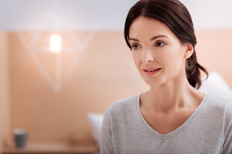 Mujer joven agradable tranquila que mira lejos fotografía de archivo libre de regalías