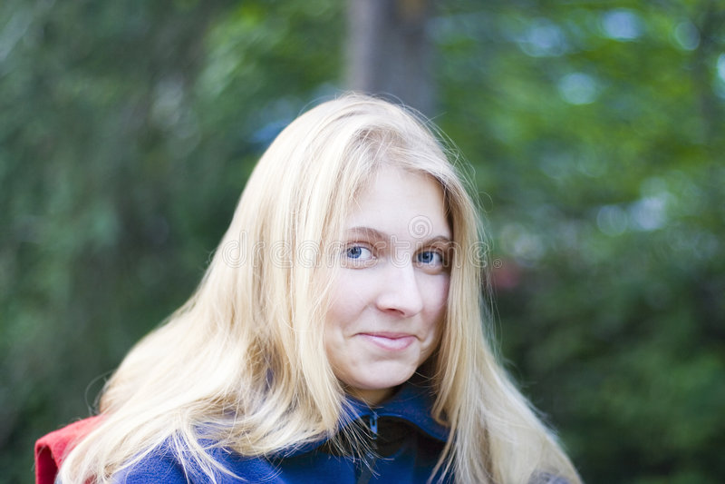 Mujer joven al aire libre imagen de archivo