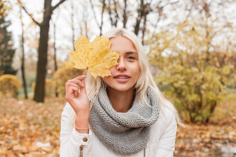 Mujer joven al aire libre en fondo del otoño fotografía de archivo libre de regalías