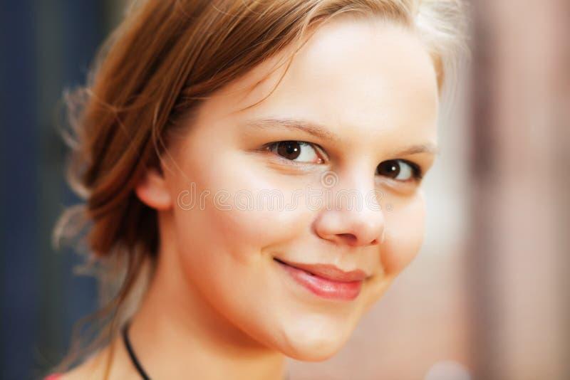 Mujer joven alegre foto de archivo
