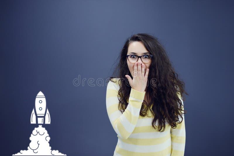 Mujer joven alegre con el fondo con la carta, la flecha y los iconos exhaustos de negocio imagenes de archivo