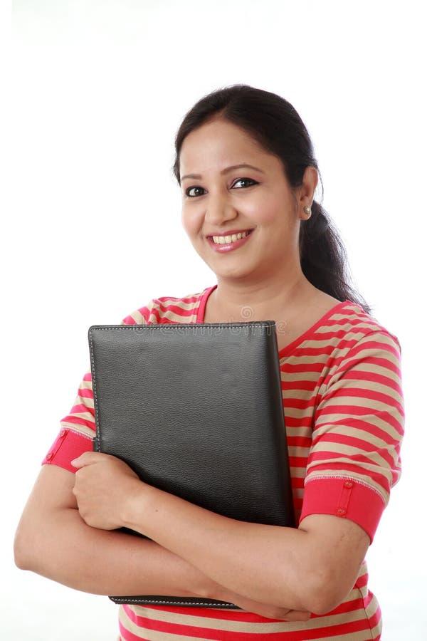 Mujer joven alegre que sostiene una carpeta imágenes de archivo libres de regalías