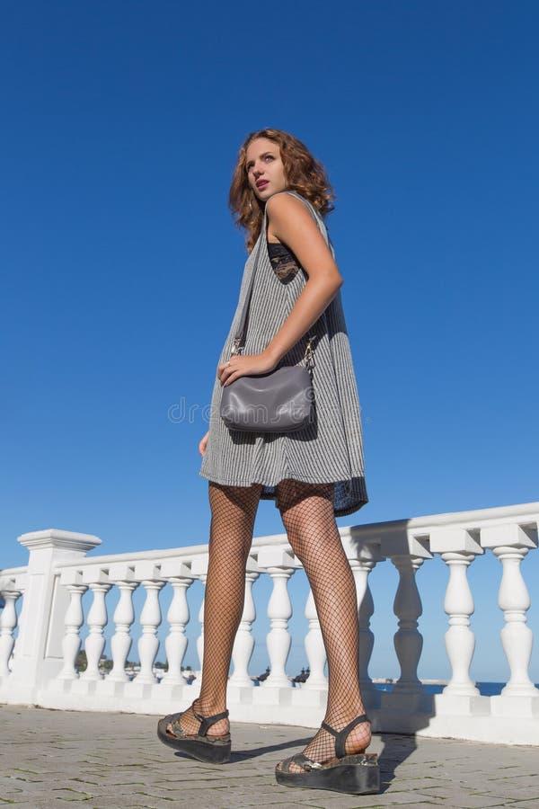 Mujer joven alta que da un paseo en parque fotografía de archivo libre de regalías