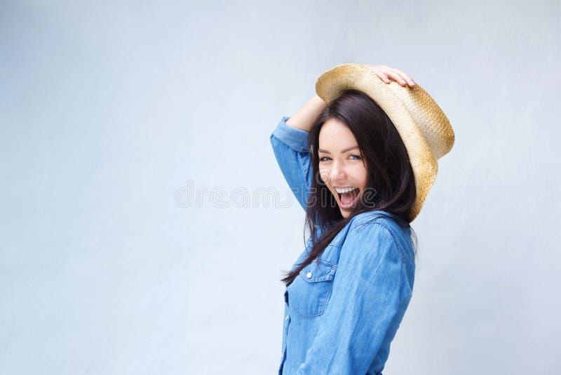 Mujer joven animada que ríe con el sombrero de vaquero imágenes de archivo libres de regalías