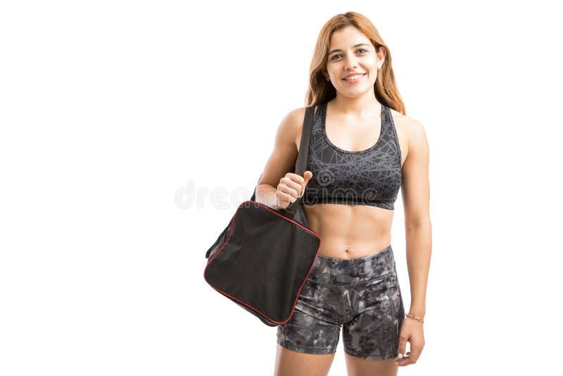 Mujer joven apta que va al gimnasio fotos de archivo libres de regalías