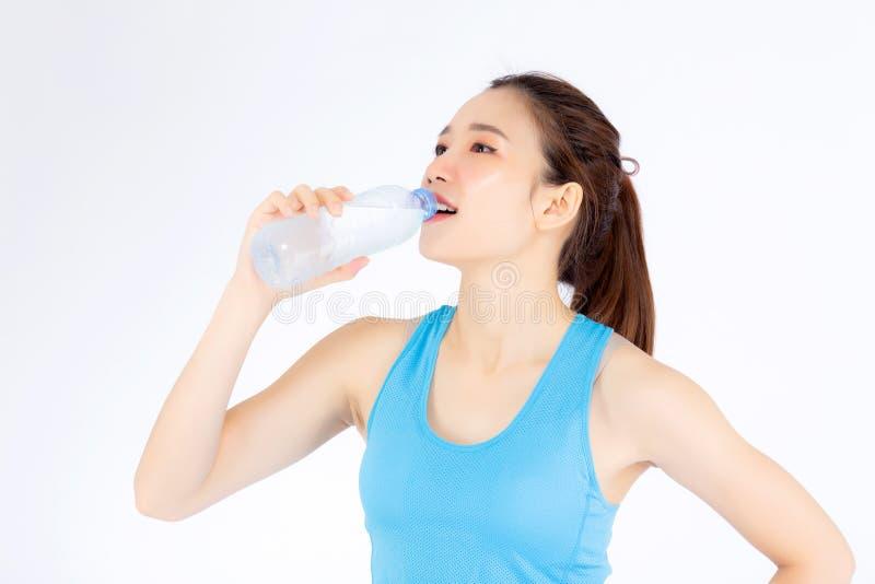 Mujer joven asiática del retrato hermoso en la botella de la bebida de la ropa del deporte de agua para sano aislada en el fondo  foto de archivo libre de regalías