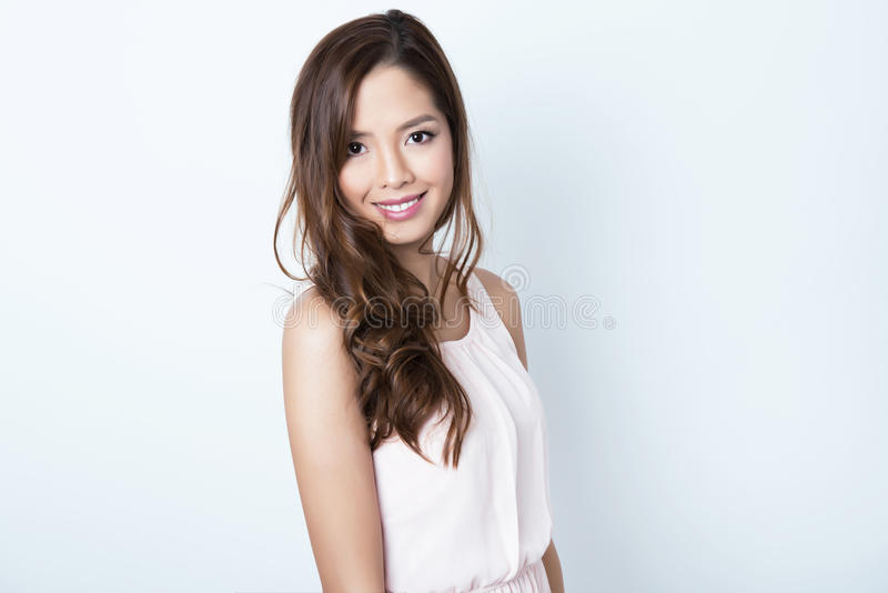 Mujer joven asiática hermosa con la piel sin defectos fotografía de archivo